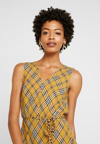Vince Camuto - HIGHLAND PLAID BELTED DRESS - Hverdagskjoler - honey pot - 4
