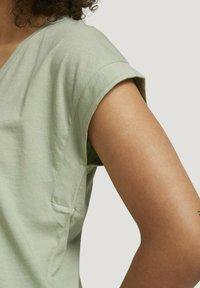 TOM TAILOR DENIM - Basic T-shirt - light dusty green - 3
