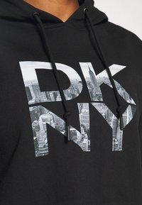 DKNY - STACKED CITY LOGO RAGLAN CROPPED HOODIE - Sweatshirt - black - 3