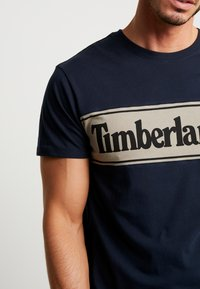 Timberland - CUT & SEW TEE - T-Shirt print - dark sapphire/elephant skin - 5