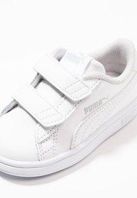Puma - SMASH UNISEX - Dětské boty - white - 2