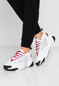 Nike Sportswear - ZOOM 2K - Sneaker low - white/pure platinum/gym red/black - 0