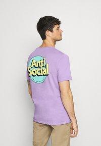 YOURTURN - UNISEX ANTI SOCIA - T-shirt print - lilac - 2