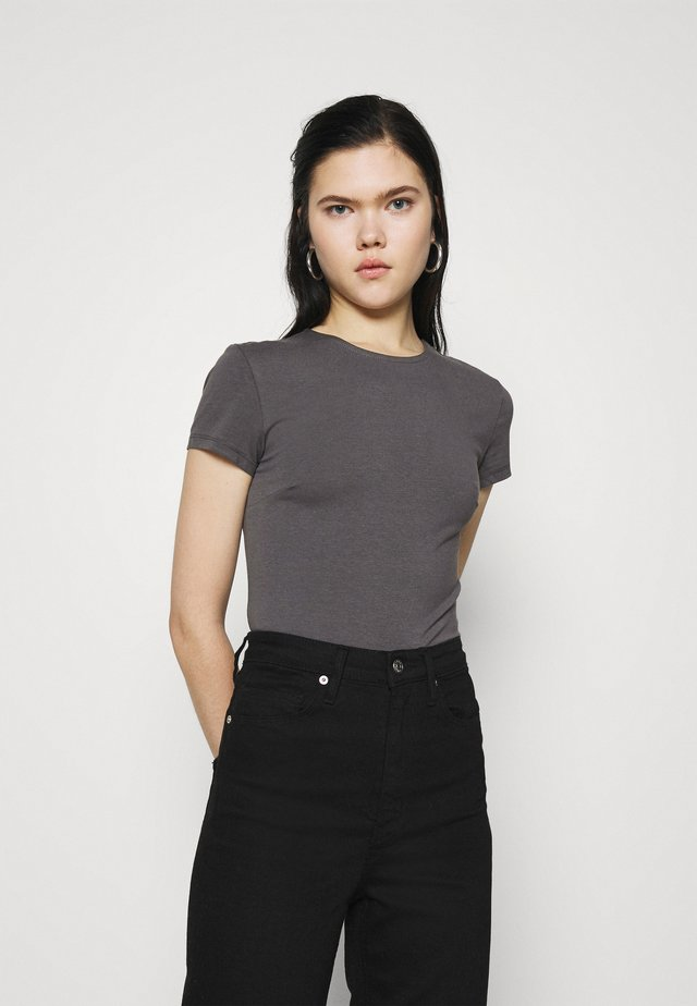 PERFECT CROPPED TEE - Jednoduché triko - off black