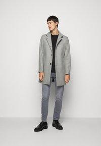 J.LINDEBERG - JAY MIST WASH JEANS - Slim fit jeans - granite - 1