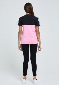 Illusive London Juniors - T-shirt print - black & pink - 2