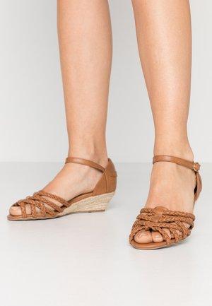 KATANA - Sandály na klínu - tan