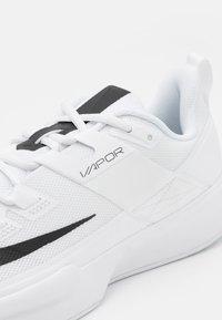 Nike Performance - COURT VAPOR LITE - Tenisové boty na všechny povrchy - white/black - 5