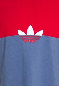 adidas Originals - SLICE BOX - T-shirt z nadrukiem - crew blue/scarlet - 5