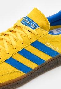 adidas Originals - HANDBALL SPEZIAL TERRACE SHOES UNISEX - Trainers - glow/blue - 5