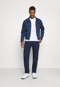 Calvin Klein Jeans - PALM PRINT GRAPHIC TEE UNISEX - T-shirt con stampa - white - 1