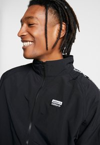adidas Originals - REVEAL YOUR VOICE  - Chaqueta de entrenamiento - black - 3