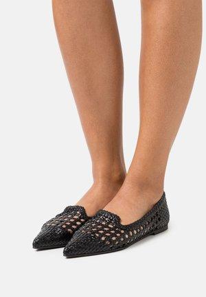 TRENZADO - Nazouvací boty - black