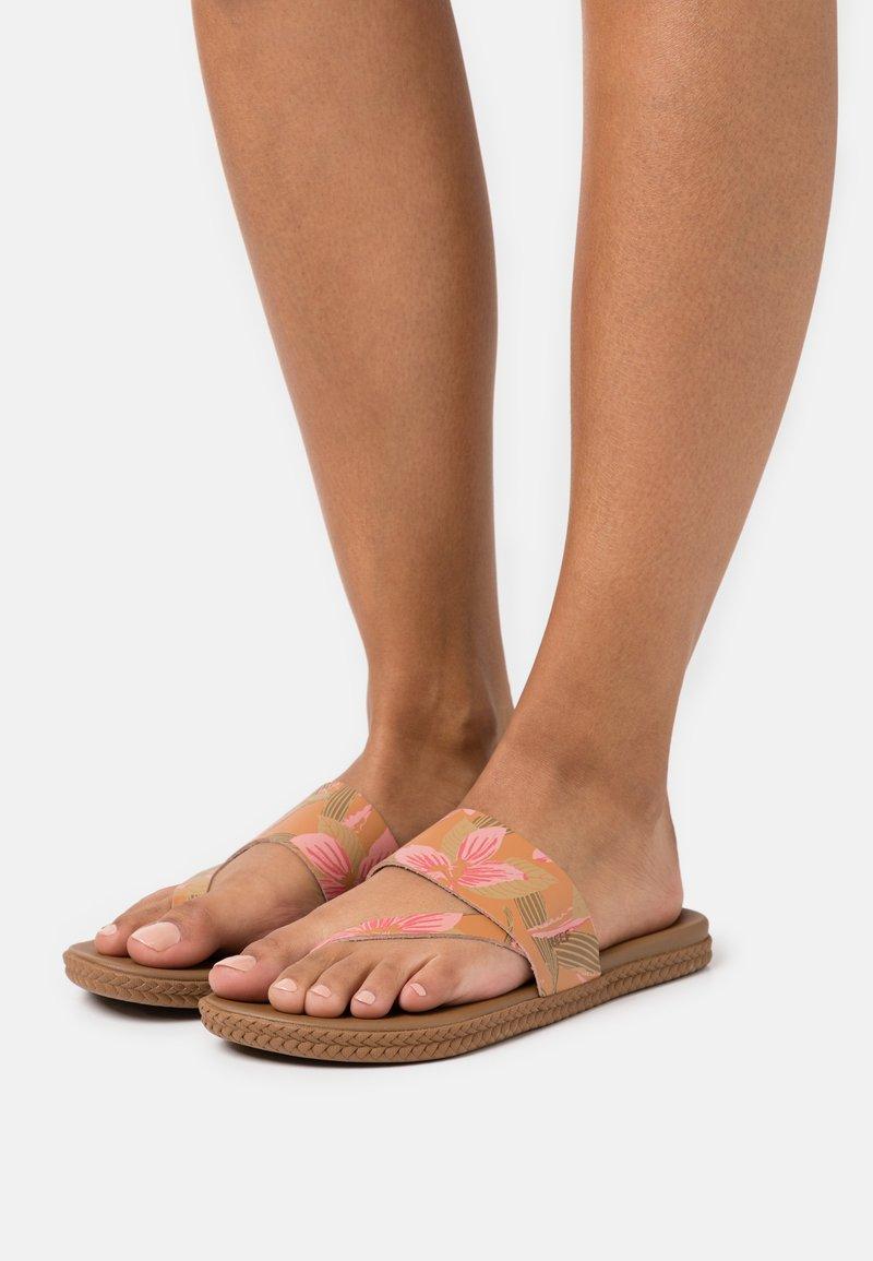 Reef - CUSHION BOUNCE SOL  - Sandály s odděleným palcem - light pink