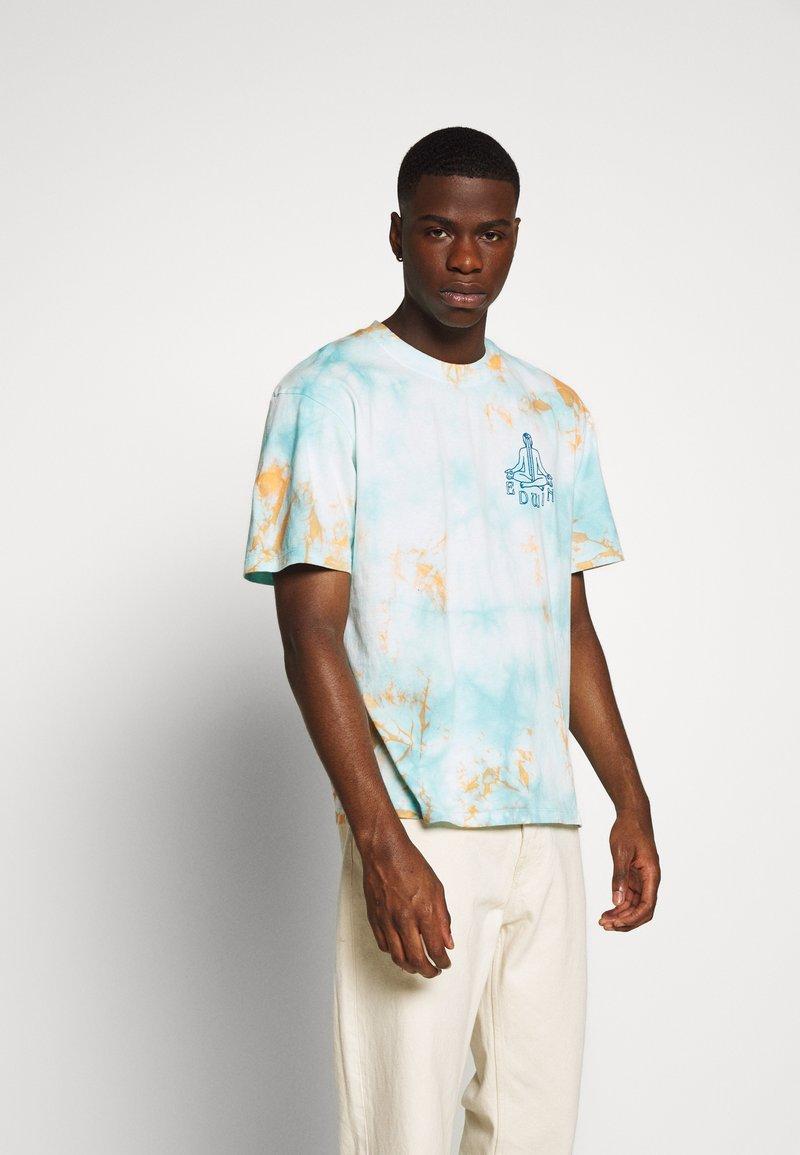 Edwin - MEDITATION - T-shirt con stampa - blue / cantaloupe