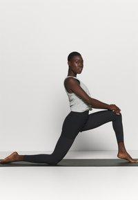Nike Performance - DRY TANK  YOGA - Treningsskjorter - dark grey heather - 1