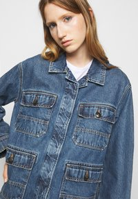CLOSED - DEAR - Giacca di jeans - mid blue wash - 3