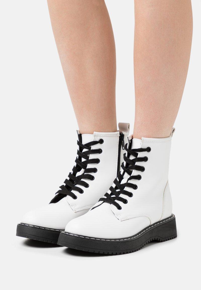 Madden Girl - KURRT - Platåstøvletter - white paris