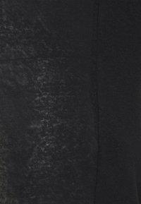 Pieces Maternity - PCMSORAYA TEE - Basic T-shirt - black - 2