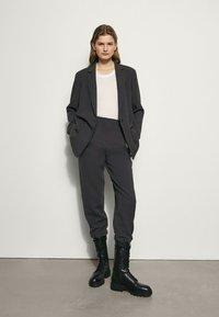 Massimo Dutti - MIT SEITLICHEN KNÖPFEN  - Pantalon classique - dark grey - 0