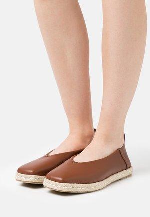 AMIRA - Espadryle - brown