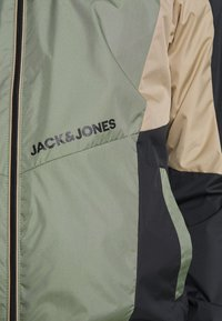 Jack & Jones - JORRODMAN BLOCKED TRACK JACKET - Kevyt takki - sea spray - 5