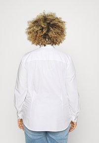Tommy Hilfiger Curve - REGULAR SHIRT - Bluzka - optic white - 2