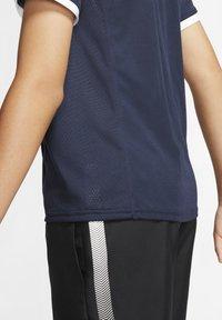 Nike Performance - DRY - Print T-shirt - obsidian/obsidian/white/white - 3