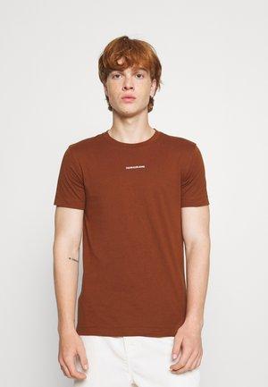 MICRO BRANDING ESSENTIAL TEE - T-shirts - brown