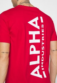 Alpha Industries - Print T-shirt - speed red - 5