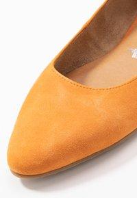 Tamaris - Ballerina's met enkelbandjes - orange - 2