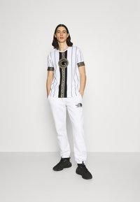 Glorious Gangsta - SANTAGO TEE - Print T-shirt - optic white - 1