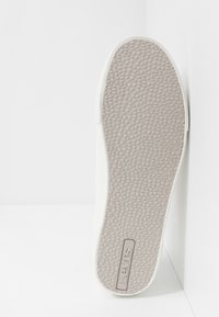 Levi's® - WOODWARD - Baskets basses - regular white - 4