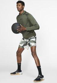 Nike Performance - Korte sportsbukser - off-white/black - 1