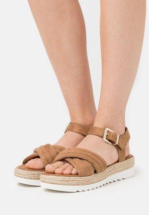 Korkeakorkoiset sandaalit - camel