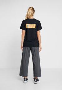Columbia - NORTH CASCADES TEE - Print T-shirt - black/raw honey/fathom blue box - 2