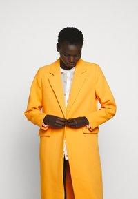 Bruuns Bazaar - FLORAS ALANNA COAT - Kåpe / frakk - orange glow - 4
