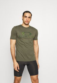 Oakley - BARK - Print T-shirt - new dark brush - 0