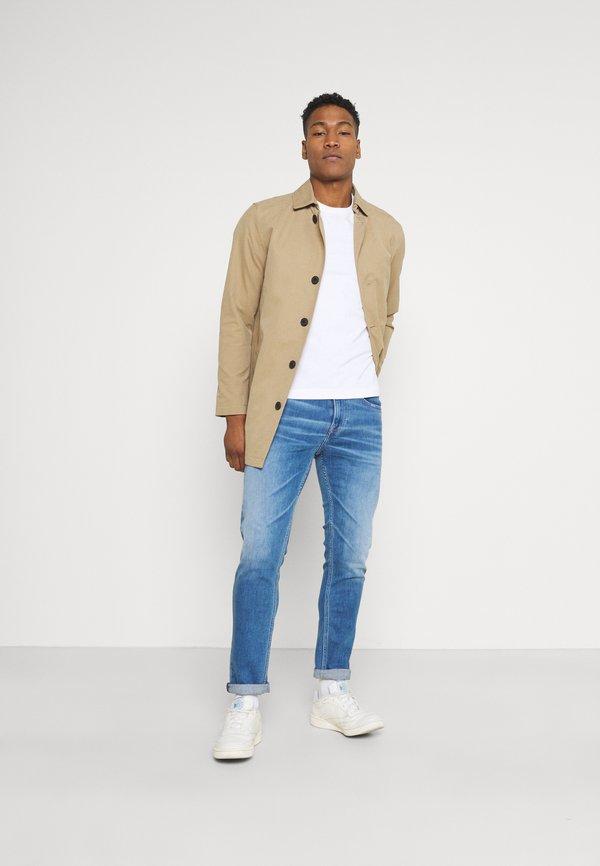 Tommy Jeans AUSTIN SLIM TAPERED - Jeansy Slim Fit - light blue denim/jasnoniebieski Odzież Męska YSDU
