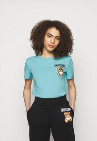 MOSCHINO - Print T-shirt - fantasy light blue - 0
