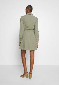 Rich & Royal - DRESS WITH BELT - Skjortekjole - safari green - 2