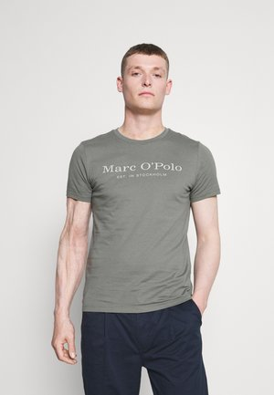 SHORT SLEEVE CREW NECK  ARTWORK ON CHEST - T-shirt con stampa - found fossil