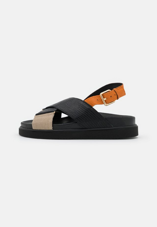 DARCIE - Plateausandaler - black/orange
