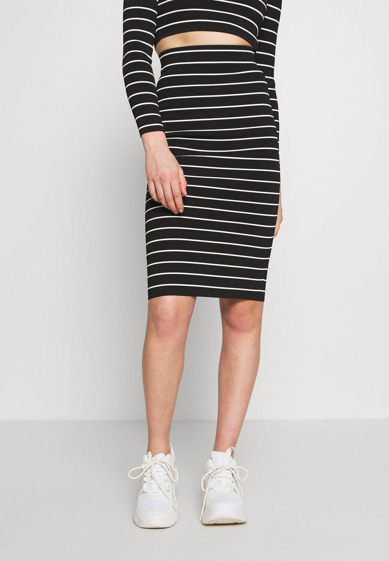 Good American - STRIPE MIDI SKIRT - Pencil skirt - black/white