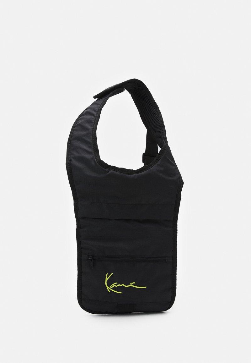 Karl Kani - SIGNATURE BODY BAG UNISEX - Rucksack - black