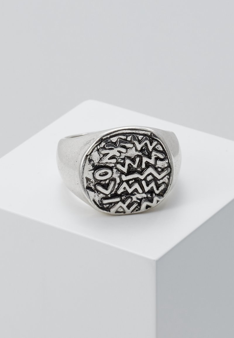 Icon Brand - EMBOSSED SYMBOL BURNISHED ROUND - Ring - silver-coloured