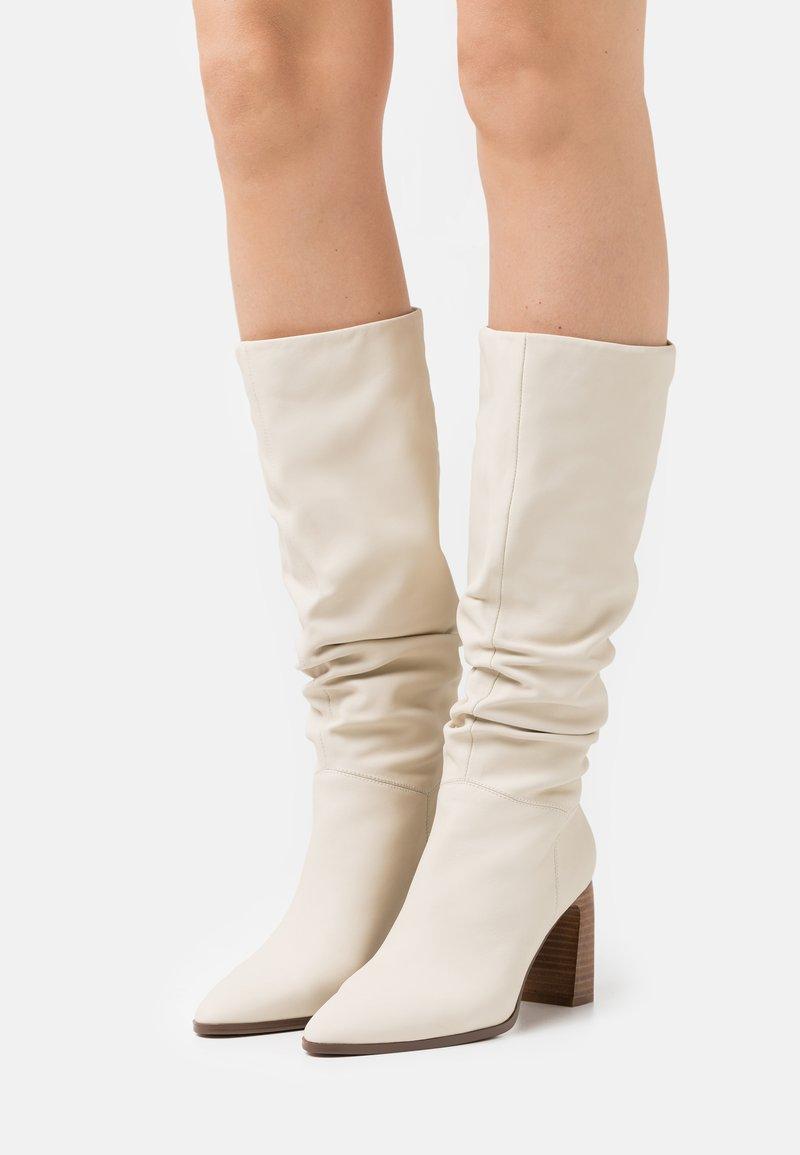 Anna Field - LEATHER - Kozačky na vysokém podpatku - white