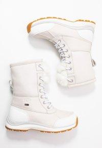 UGG - ADIRONDACK III FLUFF - Zimní obuv - white - 3