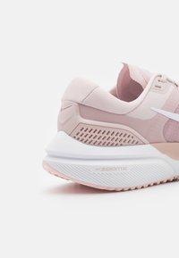 Nike Performance - AIR ZOOM VOMERO 15 - Neutrální běžecké boty - barely rose/white/champagne/arctic pink - 5