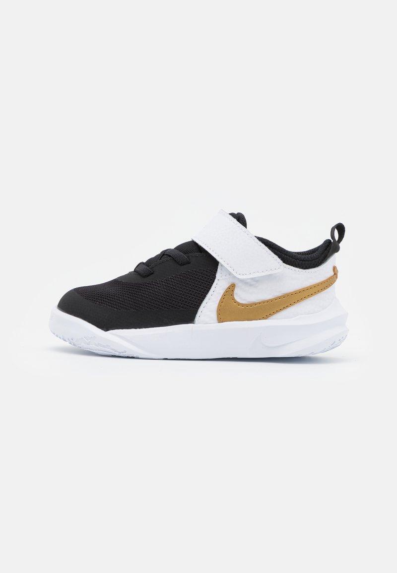 Nike Performance - TEAM HUSTLE D 10 UNISEX - Obuwie do koszykówki - black/metallic gold/white/photon dust